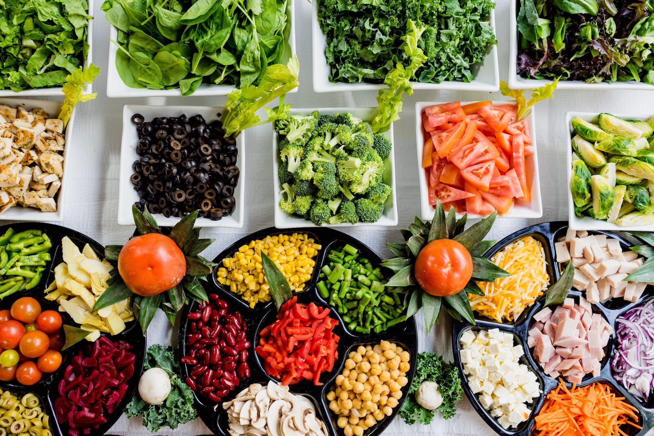 Büféasztal friss zöldségekkel
